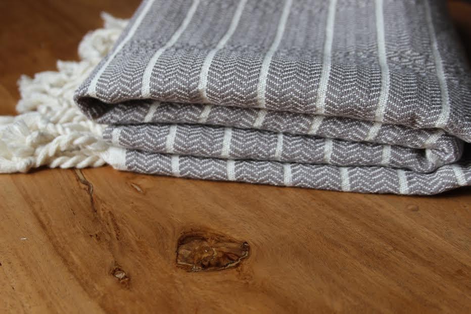 yumu towel light grey and white close up